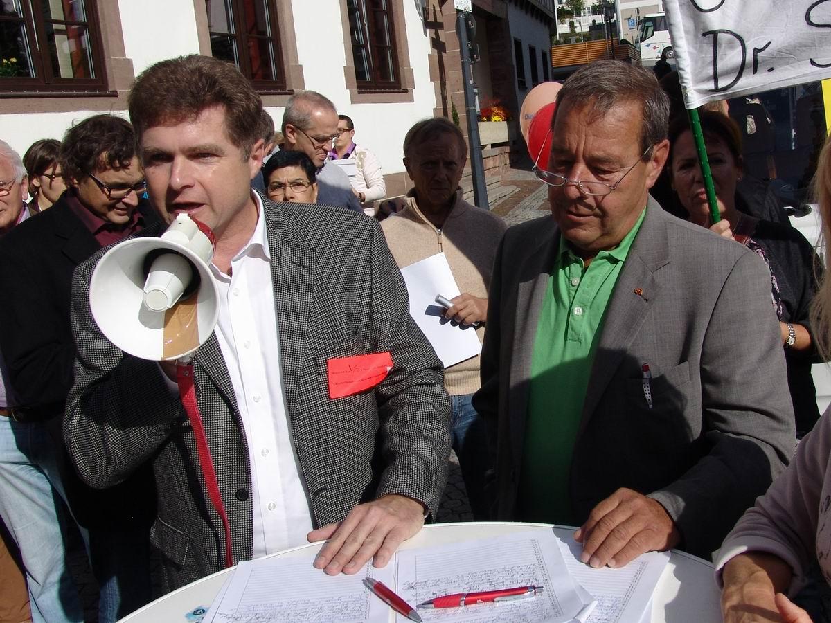 OB Wolff und OB a.D. Metzger bei der Unterschriftensammlung für die Rechbergklinik Bretten